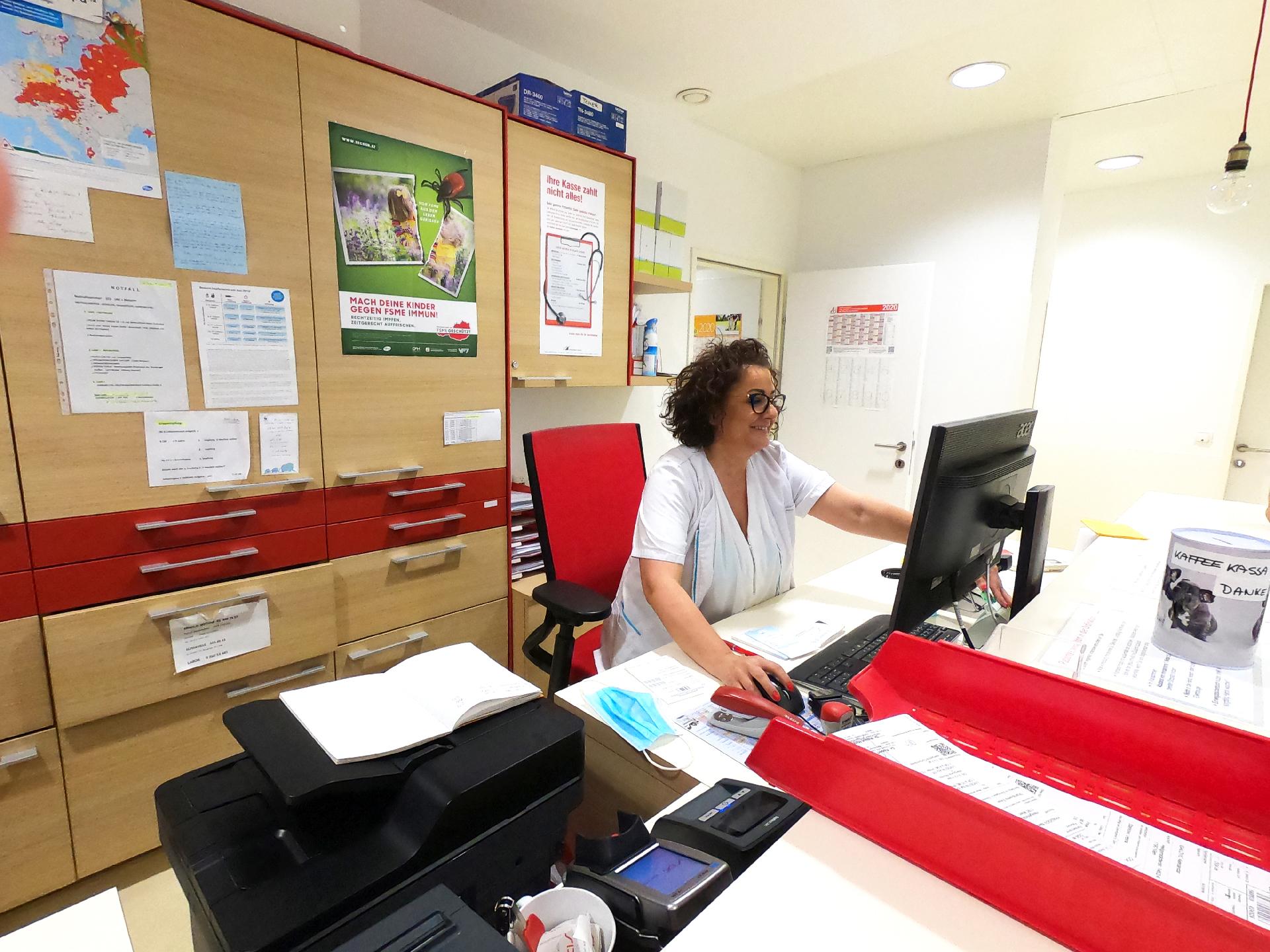Kinderarzt-wien-19-Dr-Robert-Holzer-KindUndArzt-Team-Calina-Prehsl